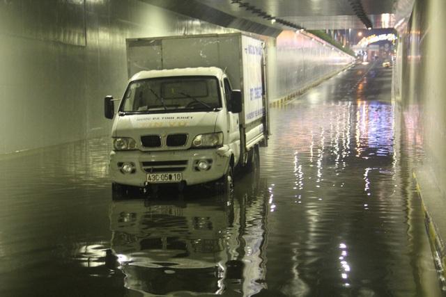 Có thời điểm nước ngập sâu hơn nửa mét, khiên xe cộ lưu thông qua hầm bị chết máy