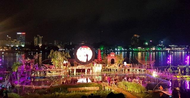 Khung cảnh sân khấu chìm dưới nước tại chương trình Âm vọng sông Hương trong Festival Huế 2018