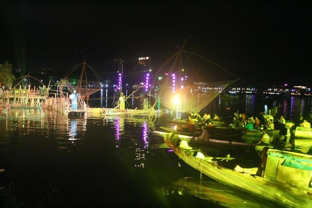 Nhiều người dân vạn đò trên sông nước ở Huế cùng trực tiếp tham gia đêm diễn