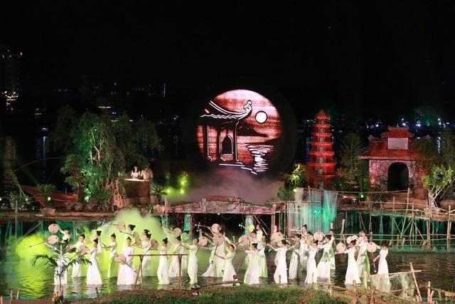 Diễn viên thể hiện cảm xúc trên sân khấu chìm dưới nước