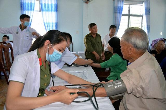 Các y, bác sinh bệnh viện 30/4 đã đến thăm khám và tư vấn cho bà con đồng bào trên quên hương anh hùng Núp