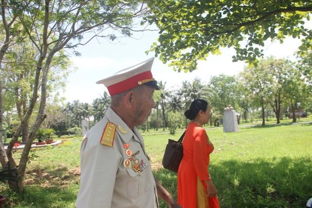 Cựu binh Bùi Văn Luyện cùng gia đình thăm lại chiến trường xưa