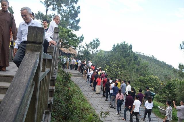 Rất đông người dân từ mọi miền Tổ quốc về viếng mộ Đại tướng Võ Nguyên Giáp