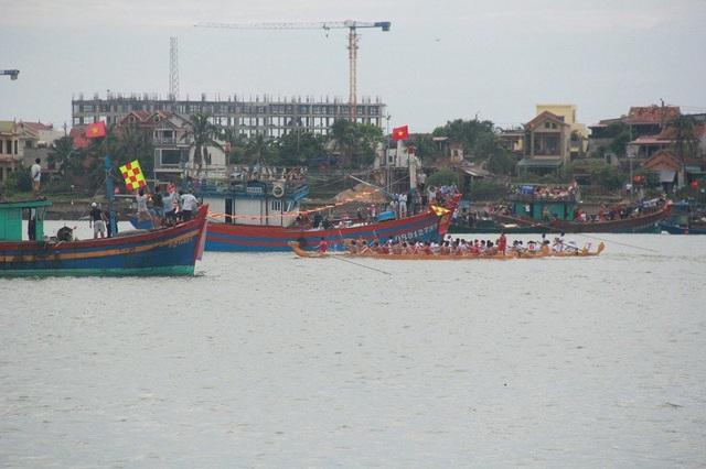 Các thuyền đua băng băng về đích
