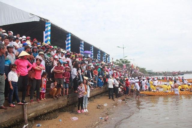 Hàng ngàn người dân tập trung bên bờ sông Nhật Lệ để cổ vũ cho các đội đua