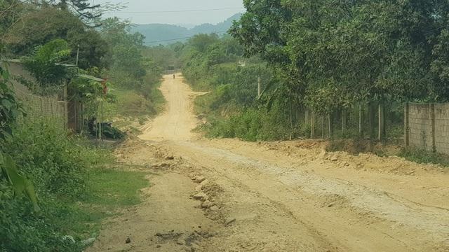 """Sau 6 năm được triển khai tuyến đường Mậu Đức - Thạch Ngàn, huyện Con Cuông, Nghệ An vẫn trong tình trạng """"thê thảm""""."""