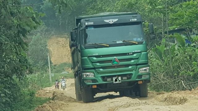 Hằng ngày vẫn có nhiều loại xe chở đất, xe chở mía cày nát con đường Thạch Ngàn như thế này.