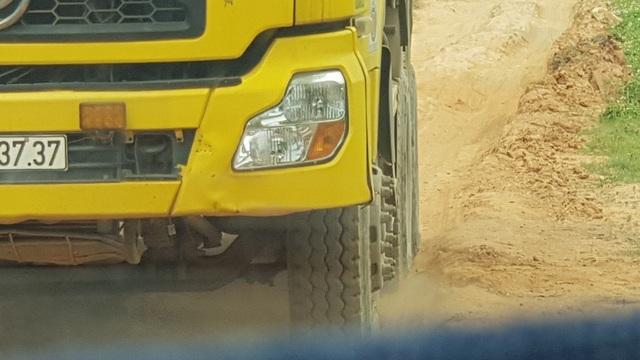 Tình trạng xe trọng tải lớn hoạt động trên tuyến là một trong những nguyên nhân khiến tuyến đường càng trở nên thê thảm.