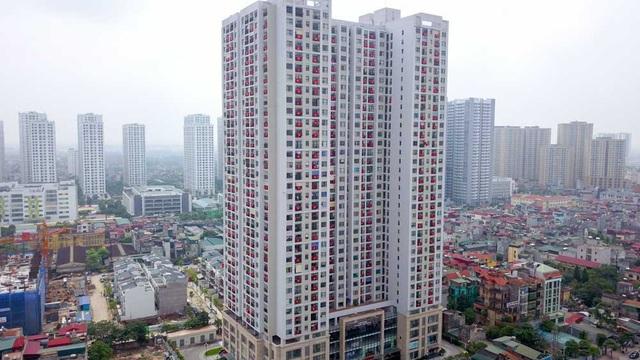Cờ đỏ sao vàng treo trước ban công các căn hộ của một toà nhà chung cư trên đường Tam Trinh (Hà Nội) nhân kỷ niệm 43 năm ngày thống nhất đất nước (30/4/1975 - 30/4/2018).