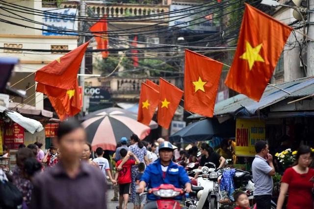 Cờ đỏ sao vàng ở khu chợ nhỏ trên đường Nguyễn Trãi.