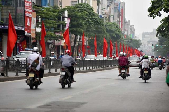 Cờ đỏ trên phố Tây Sơn.