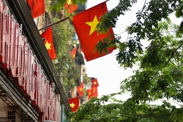 Một khu tập thể khác nằm trên đường Giảng võ cũng được người dân cắm nhiều cờ đỏ sao vàng.
