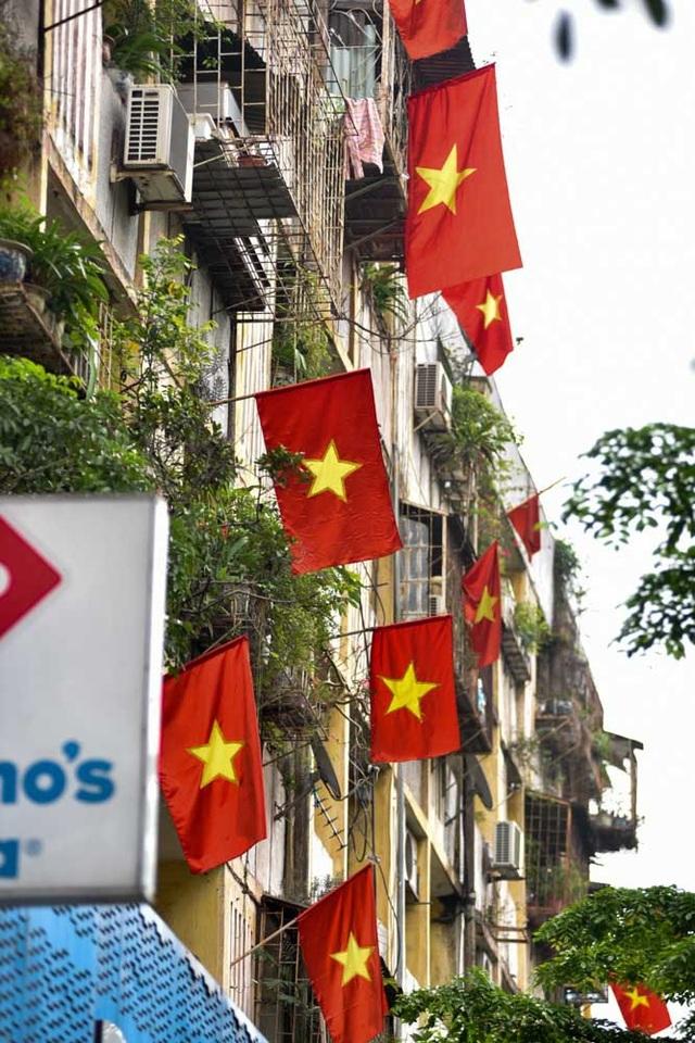 Hà Nội rợp cờ đỏ sao vàng kỷ niệm ngày thống nhất đất nước - 10
