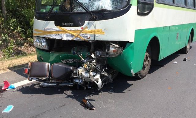 Xe buýt đã kéo lê xe máy một đoạn gần 10 m sau đó mới dừng hẳn