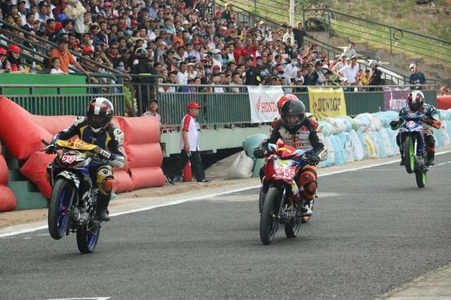 """Hàng nghìn người """"đội nắng"""" xem đua mô tô ở Cần Thơ - 4"""