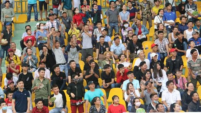 Rất đông khán giả tới sân vận động cổ vũ cho các tay đua