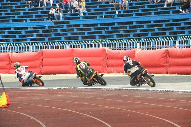 """Hàng nghìn người """"đội nắng"""" xem đua mô tô ở Cần Thơ - 8"""