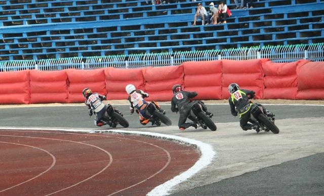 """Hàng nghìn người """"đội nắng"""" xem đua mô tô ở Cần Thơ - 9"""