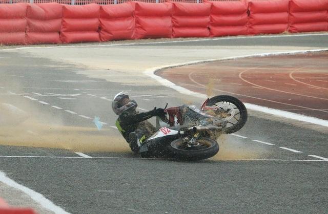 Một tay đua gặp sự cố trên đường đua