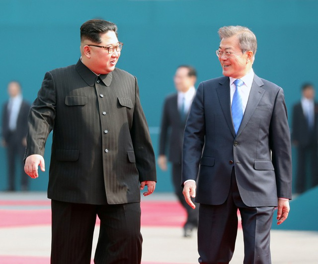 Nhà lãnh đạo Triều Tiên Kim Jong-un và Tổng thống Hàn Quốc Moon Jae-in gặp thượng đỉnh hôm 27/4 (Ảnh: Reuters)