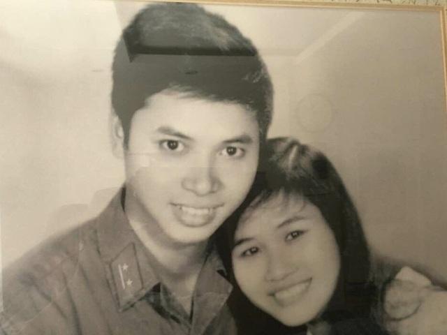 Chàng thanh niên Lê Mạnh Hải bên vợ sau khi mới cưới nhau ông lại phải vào chiến trường để tham gia chiến đấu.