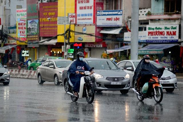 Những người lưu thông trong cơn mưa trên đường Xô Viết Nghệ Tĩnh, quận Bình Thạnh.