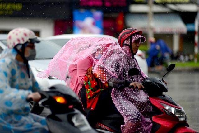 Cả gia đình đi chơi lễ gặp phải cơn mưa bất ngờ.