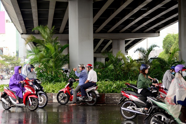 Nhiều người không mang áo mưa, phải trú tạm dưới gầm cầu vượt.