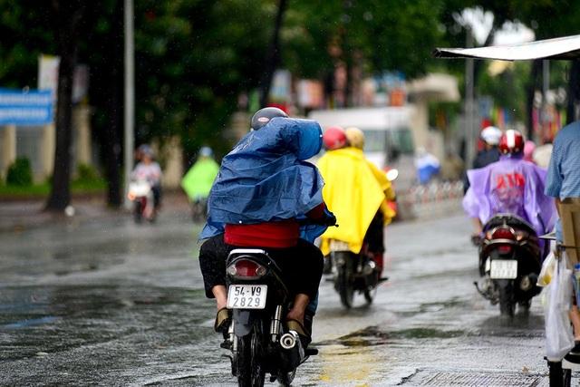 Người đi trong cơn mưa trên đường Phan Đăng Lưu, quận Bình Thạnh.