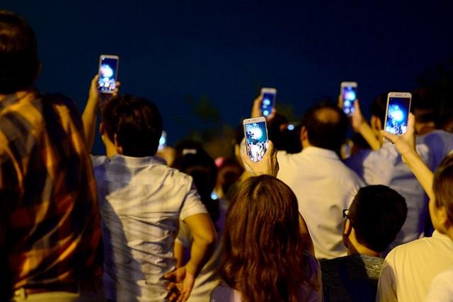 Nhiều người dùng điện thoại quay phim lại về cho gia đình xem.
