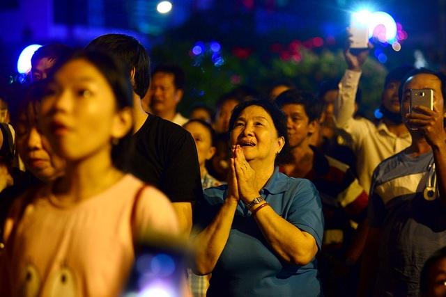 Một phụ nữ trầm trồ khi chứng kiến pháo hoa đẹp lung linh bay lên trời..