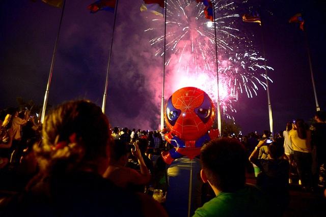 Hàng nghìn người tập trung thưởng thức pháo hoa đêm 30/4.