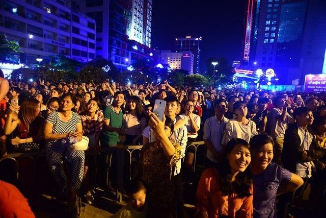 Tối 30/4, hàng nghìn người dân tập trung ở bến Bạch Đằng, quận 1 để chờ xem pháo hoa.