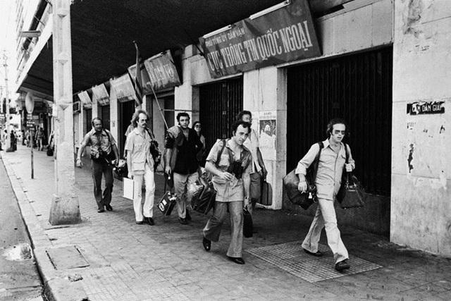 Các công dân Mỹ cuối cùng, trong đó có các phóng viên báo chí, được nhìn thấy vội vã di tản khỏi Sài Gòn một buổi trưa những ngày giáp 30/4.