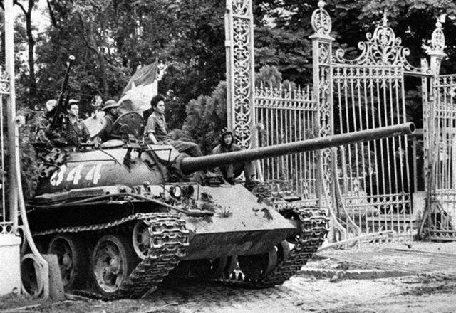 Trưa ngày 30/4, các xe tăng của quân đội miền Bắc Việt Nam và lực lượng vũ trang của Quân giải phóng miền Nam Việt Nam đã tiến vào Dinh Độc Lập, húc đổ cánh cổng tòa nhà. Sự kiện này đánh dấu sự sụp đổ của chính quyền Sài Gòn và kết thúc Chiến tranh Việt Nam. Miền Nam đã chính thức được giải phóng và đất nước thống nhất vào ngày 30/4/1975.