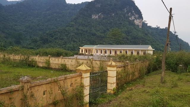 Khuôn viên khu vực nhà ở giáo viên cổng đóng, cỏ cây mọc...