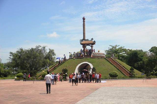 Thành cổ Quảng Trị những ngày tháng 4 có rất đông người đến tri ân liệt sĩ