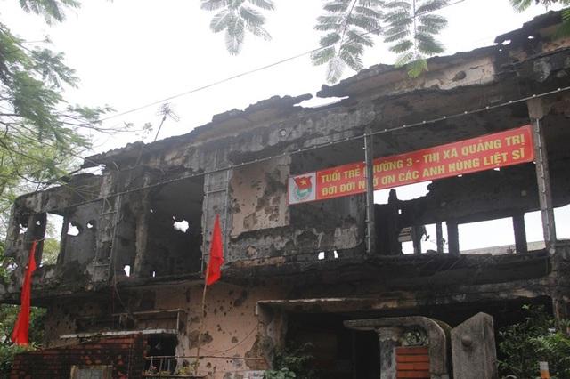 Vết tích của bom đạn bắn phá còn in hằn trên những bức tường loang lổ, qua thời gian khó có thể xóa nhòa