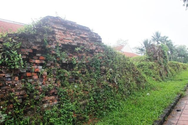 Những bức tường Thành Cổ bị tàn phá do bom đạn