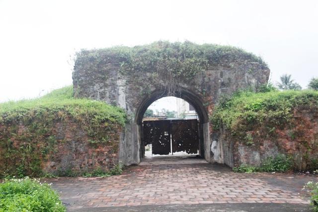 Cổng thành phía Đông của Thành cổ Quảng Trị chỉ còn cánh cửa sắt che chắn, chi chít vết đạn