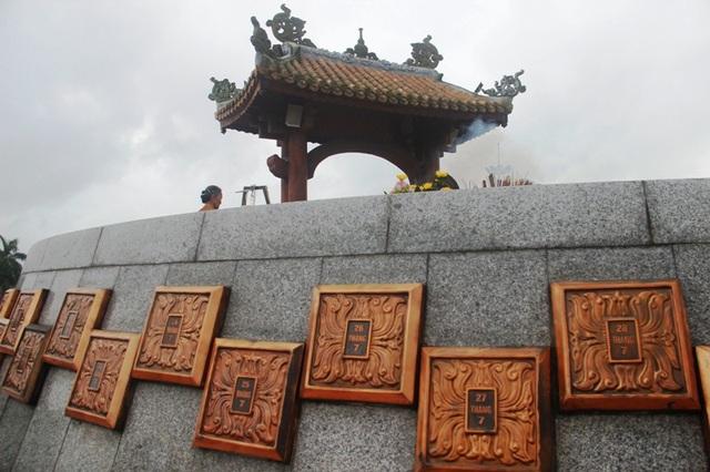 Ngày tháng được gắn trên ngôi mộ chung Thành cổ về cuộc chiến 81 ngày đêm