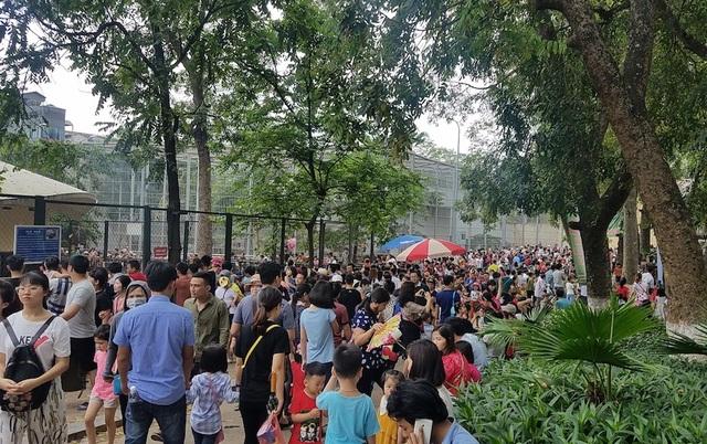 Không gian bên trong công viên luôn đông nghịt người.