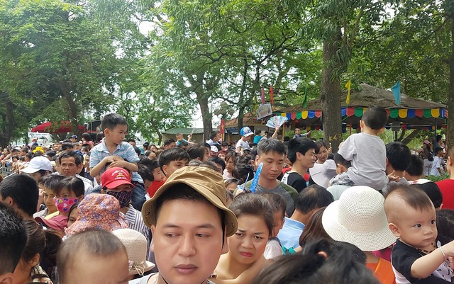 Công viên đông nghịt người, nhiều huynh phải kiệu con nhỏ lên vai mới có thể di chuyển.