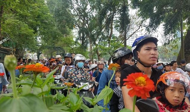 Số lượng người dân đến tham quan quá đông khiến cho các lối vào công viên đều tắc cứng. Lực lượng chức năng đã phải lập nhiều chốt điều phối giao thông.