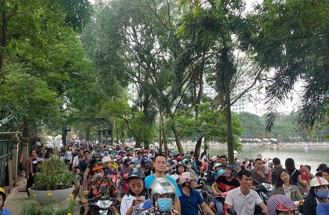 Từ sáng 30/4, người dân đổ về các điểm vui chơi ở Hà Nội tận hưởng kỳ nghỉ lễ. Công viên Thủ Lệ là một trong những điểm được các phụ huynh lựa chọn đưa con tới vui chơi vì có vườn bách thú thu hút trẻ nhỏ.