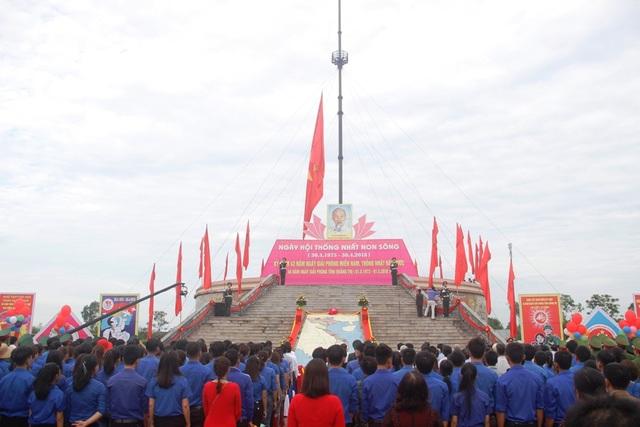Lá cờ được kéo lên đỉnh cột cờ của Kỳ đài Hiền Lương