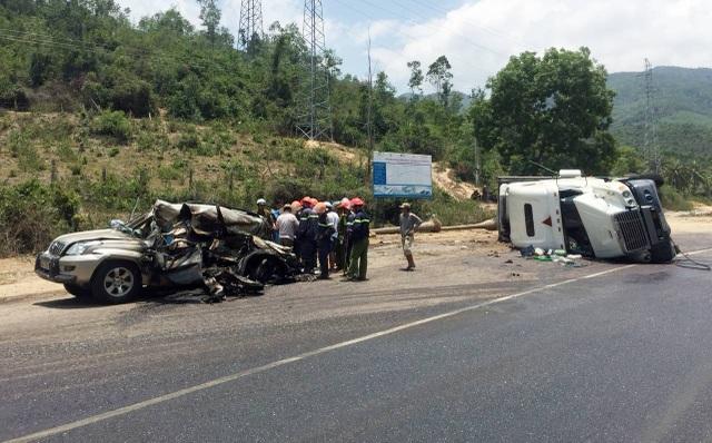 Xe ô tô bị đè nát, hai nạn nhân trên xe này đều đã tử vong