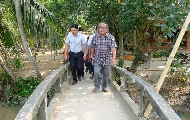 Nhà báo Phan Huy cùng lãnh đạo xã Ninh Thới khảo sát cầu cũ và địa điểm chuẩn bị khởi công xây dựng cầu Dân trí thứ 8 khu vực ĐBSCL, thứ 14 trên cả nước