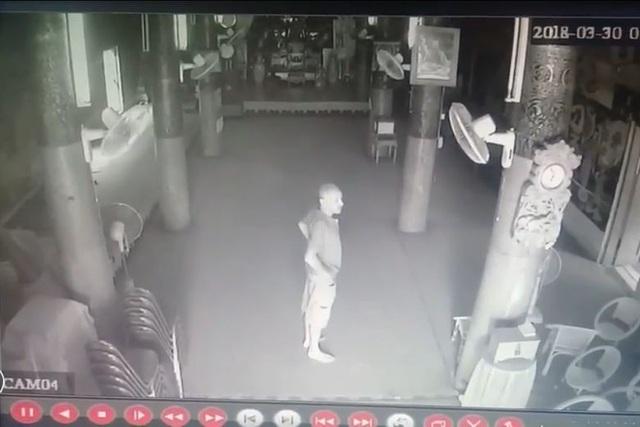 Hình ảnh của vị khách Mỹ trong camera an ninh của chùa