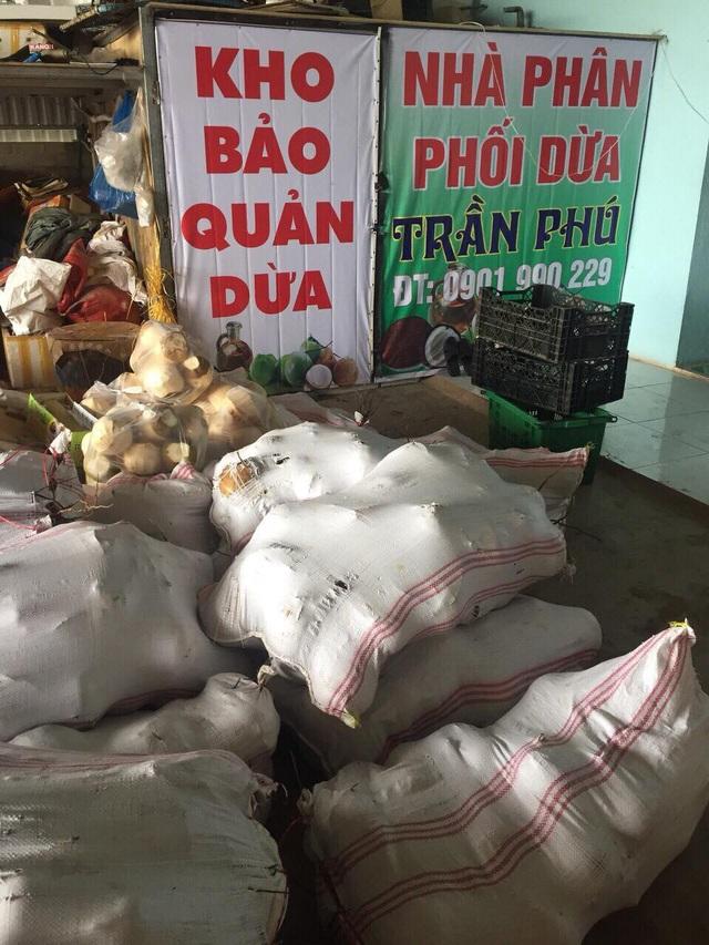 Những quả dừa được sử dụng hóa chất không rõ nguồn gốc tẩy trắng vỏ